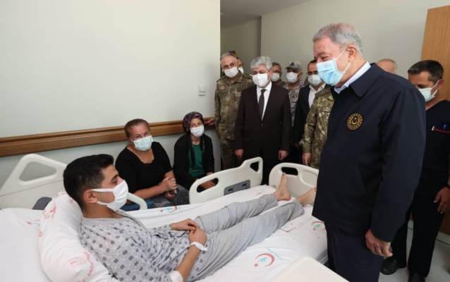 Milli Savunma Bakanı Akar'dan Yaralı Askerlere Ziyaret