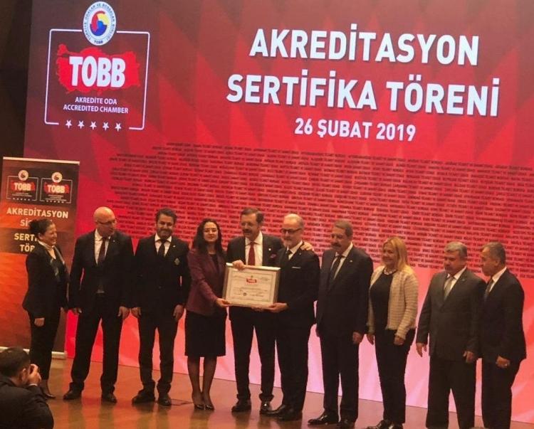 İTSO' Sertifikasını TOBB Başkanı Rifat Hisarcıklıoğlu'nun elinden aldı